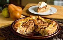 Грушевый пирог со специями под взбитыми сливками